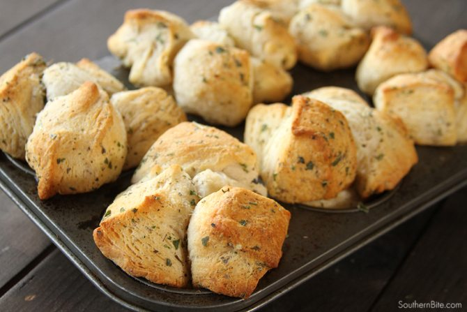 These Garlic Herb Pull-Apart Rolls are amazingly easy and super simple becasue they use canned biscuits dough!