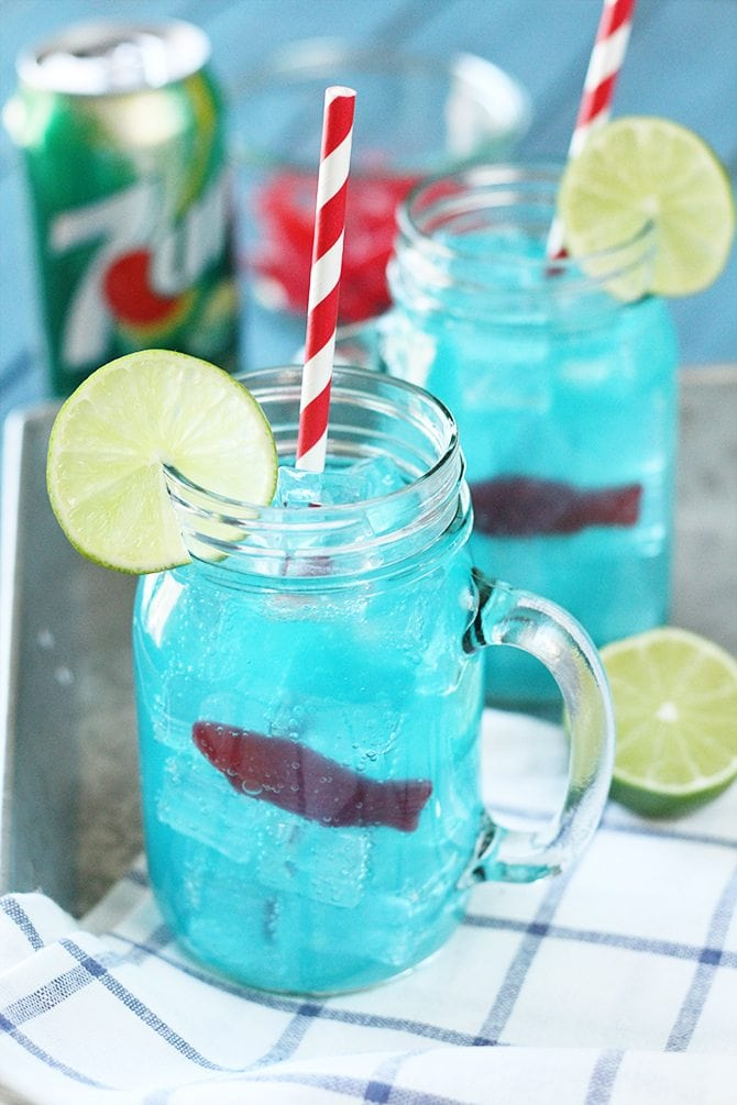 """This kid-friendly Ocean Water """"cocktail"""" made with 7UP is the perfect thing to keep the kiddos cool this summer! It's pretty cool looking, too! #ad"""